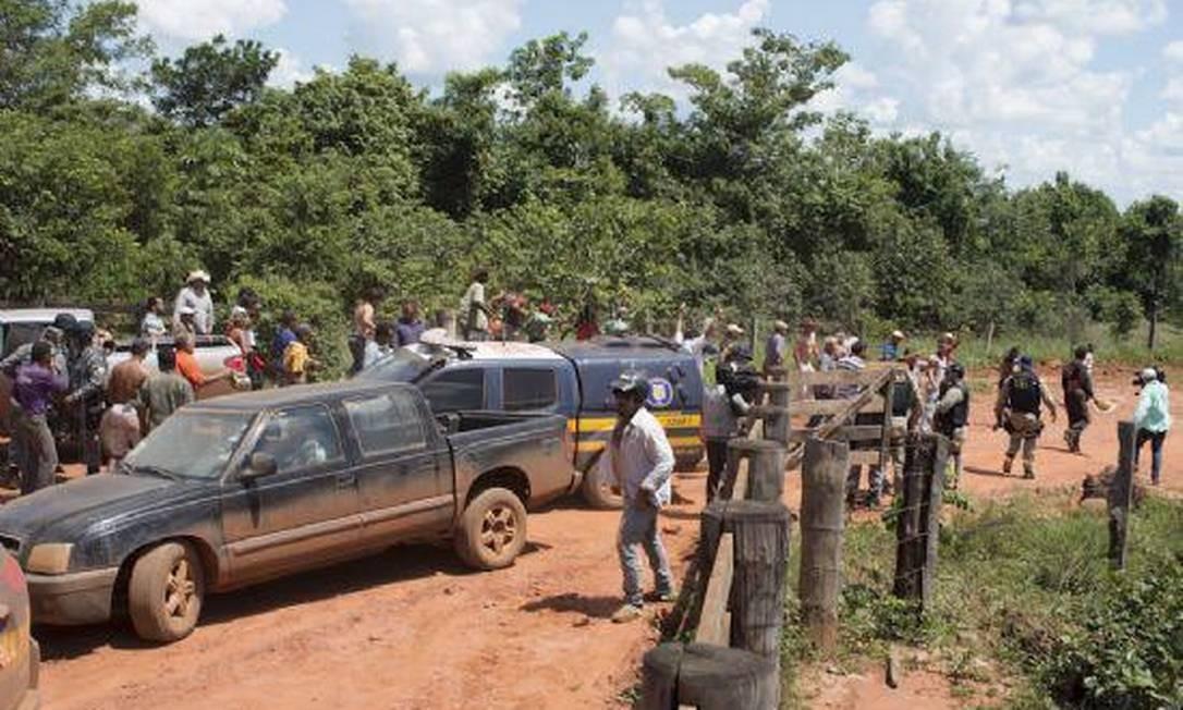 Os manifestantes teriam chegado em caminhonetes e tentado impedir a retirada dos pertences da primeira grande fazenda a ser desocupada na região Foto: Agência da Notícia