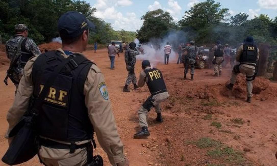 Produtores rurais dizem que não sairão das terras, e um grupo de manifestantes abriu grandes valas na BR-158, no entroncamento com a BR-242 Foto: Agência da Notícia