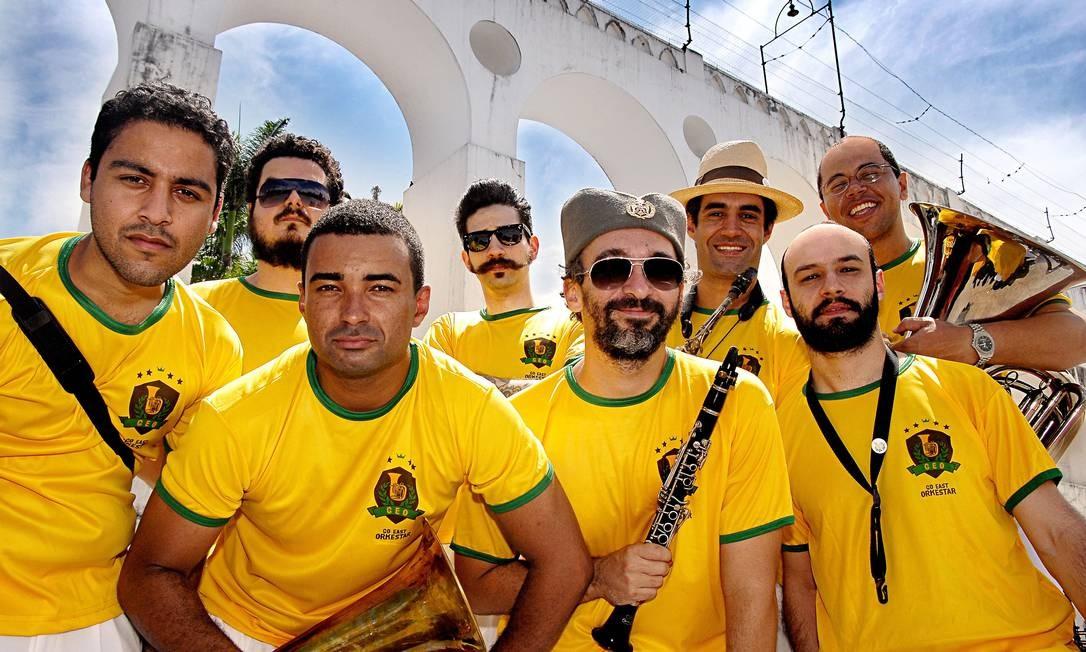 Formação da Go East Orkesta, que apresenta músicas balcânicas no carnaval Foto: Divulgação