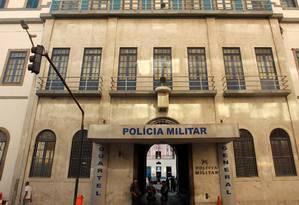 A fachada do Quartel General da PM, na Evaristo da Veiga: prédio será demolido até abril Foto: Gabriel de Paiva / O Globo / 23.05.2012
