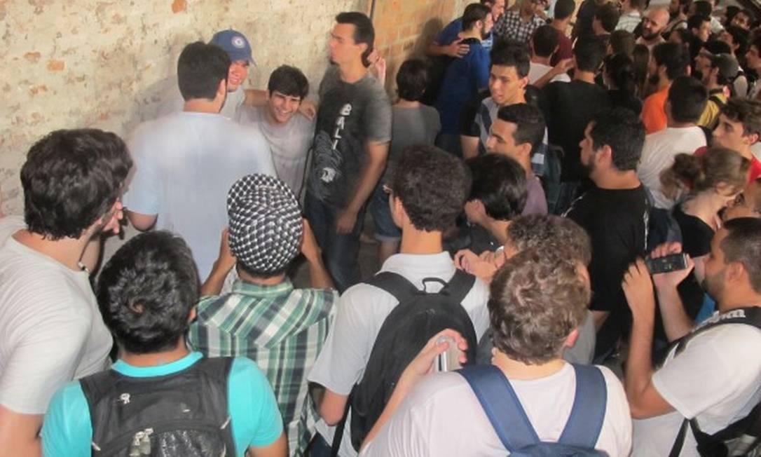 Assédio: fãs se aglomeram em torno dos integrantes do Jovem Nerd e Matando Robôs Gigantes Foto: Marcello Corrêa