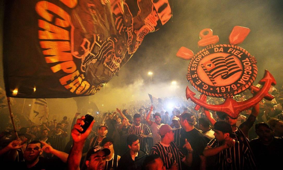 Torcedores do Corinthians lotaram o aeroporto antes da viagem do time para o Mundial do Japão. Cerca de 25 mil apaixonados alvinegros cruzaram o mundo para acompanhar o Timão AFP