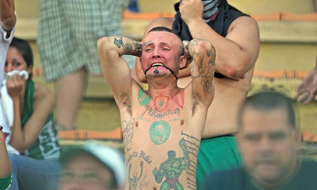 Torcedor sofre com o rebaixamento do Palmeiras em 2012. Amor na alegria e na tristeza Urbano Erbiste / Extra / O Globo