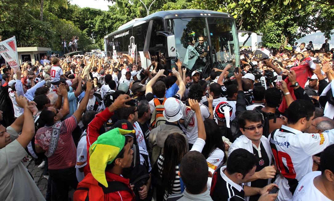 Torcedores do Vasco cercam ônibus do time para celebrar o título da Copa do Brasil de 2011 Cezar Loureiro / O Globo/09.06.2012