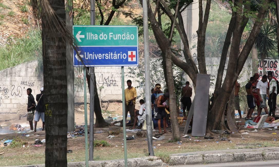 Cena degradante. Usuários de crack se reúnem num canteiro da Ilha Foto: Márcio Alves/5-11-2012 / O Globo