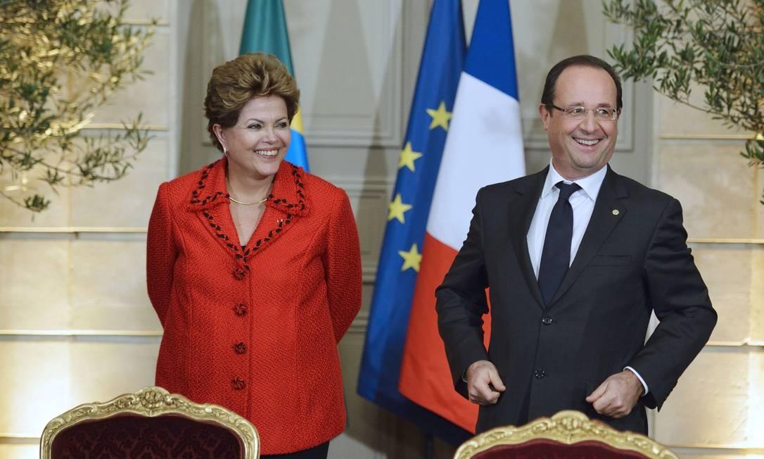 Presidente Dilma Rousseff e o presidente da França Francois Hollande participam de cerimônia no Elysee Palace, em Paris Foto: Eric Feferberg / AP