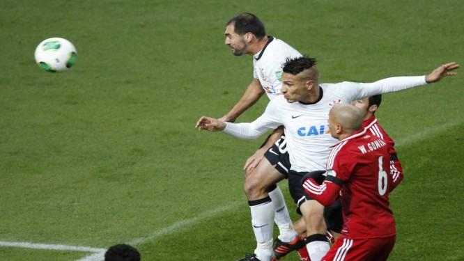 Guerrero cabeceia para marcar o gol da vitória corintiana Foto: Kim Kyung-Hoon / Reuters