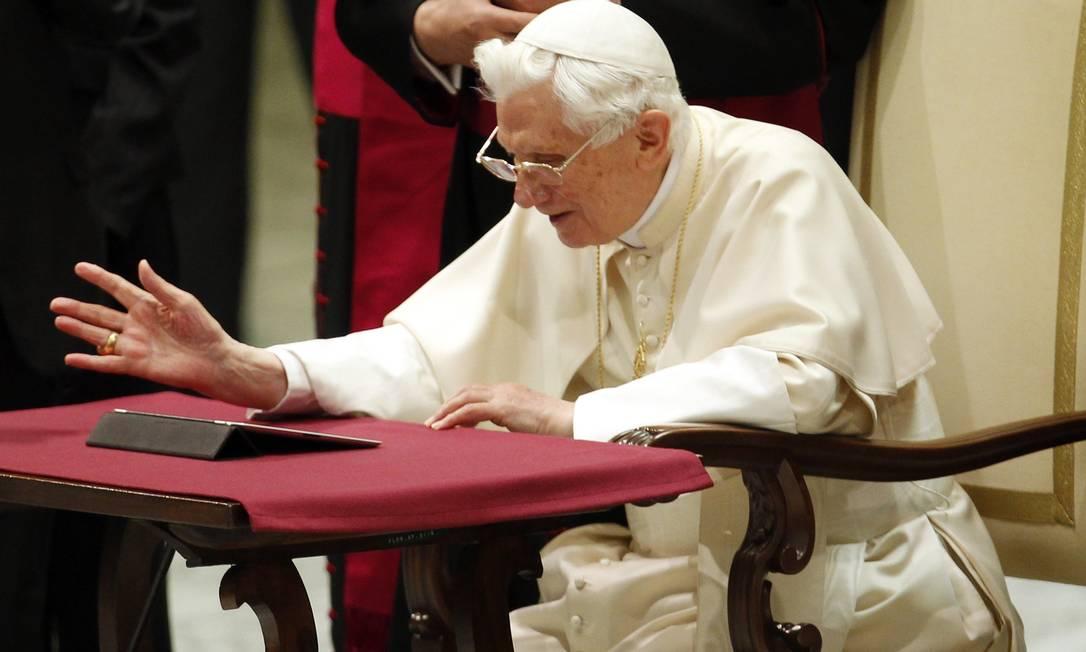 Papa Bento XVI inaugura sua conta no Twitter usando um iPad Foto: REUTERS/GIAMPIERO SPOSITO