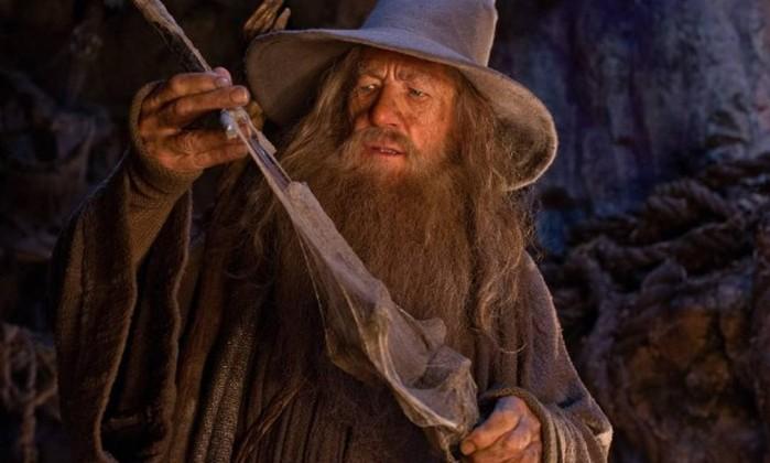 Gandalf, o Cinza (Ian McKellen), também conhecido como Mithrandir ou Olórin, é um mago que chegou à Terra-Média cerca de dois mil anos antes dos eventos de 'O Senhor dos Anéis'. Junto com Saruman e Radagast, tem como missão ajudar os povos livres a enfrentar Sauron. Em 'O Hobbit', Gandalf reúne o grupo que vai até Erebor, a Motanha Solitária, enfrentar o dragão Smaug Reprodução