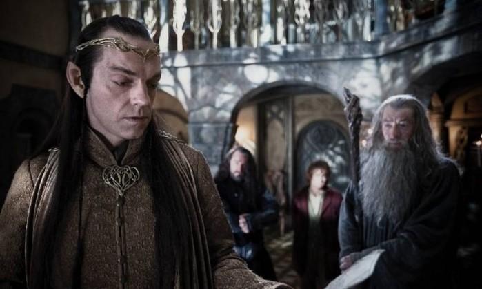 Elrond (Hugo Weaving), senhor de Valfenda, ajuda os Anões a interpretarem o mapa que os guiará em sua aventura Reprodução