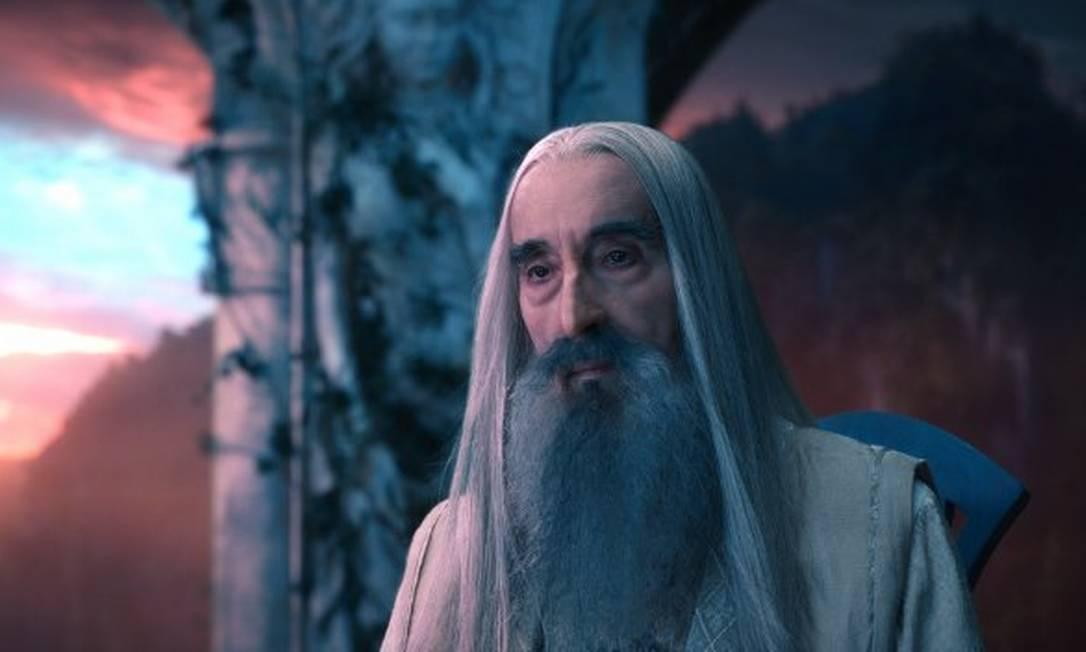 Saruman, o Branco (Christopher Lee) - Mago líder do Conselho Branco e um dos responsáveis por ajudar os povos livres a enfrentar Sauron. Seu principal poder é a poderosa voz, que convence as mentes mais fracas a cumprir seus desejos Reprodução