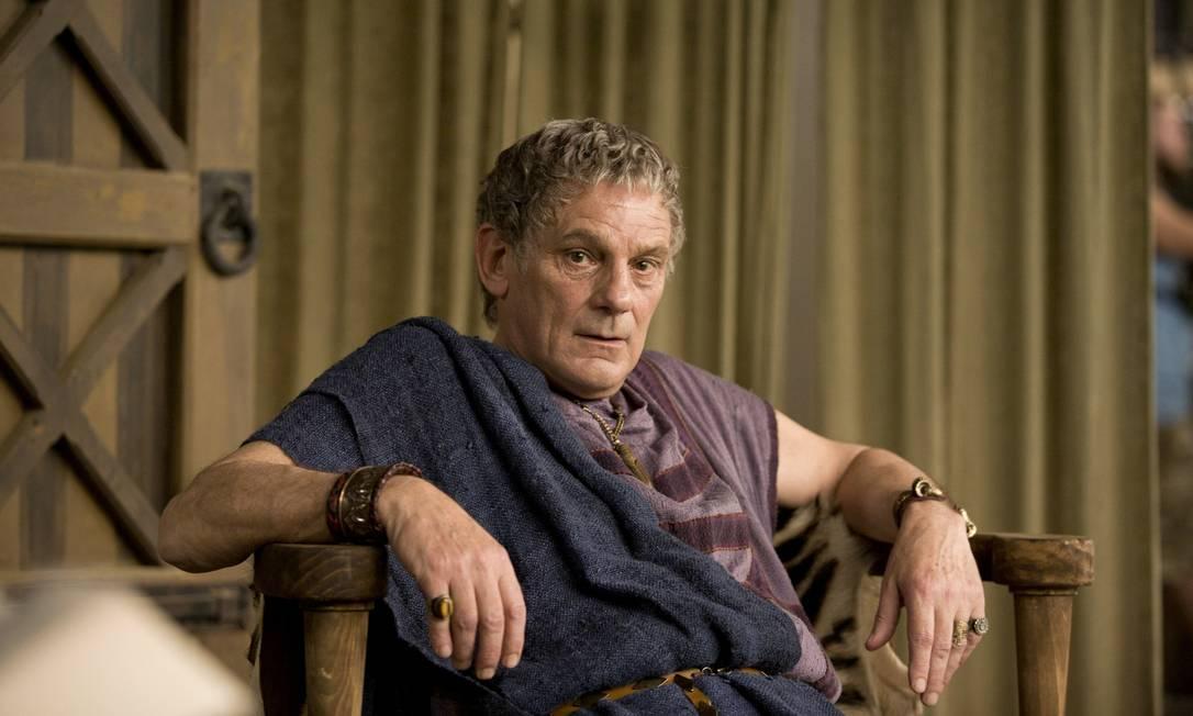 Thror (Jeffrey Thomas) - Avô de Thorin. Rei dos Anões expulso de Erebor por Smaug Reprodução