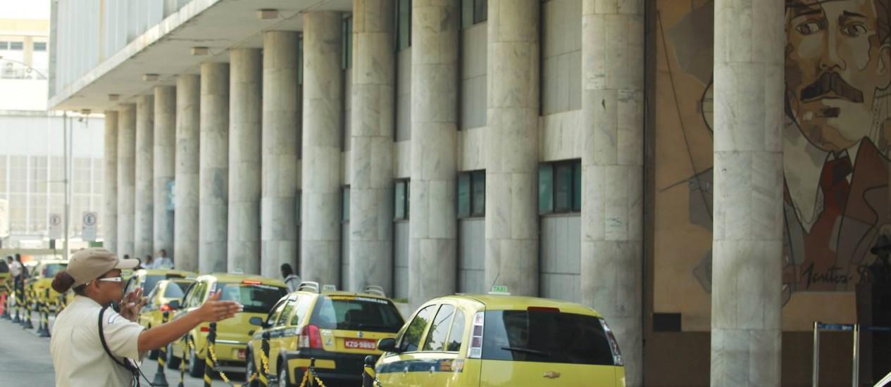 Passageiros reclamam do alto preço da tabela dos táxis no Santos Dumont Foto: Gabriel de Paiva / O Globo