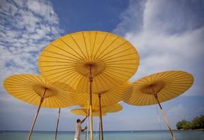Guarda-sóis do resort de luxo Amanpuri em Phuket, no litoral sul da Tailândia Foto: Justin Mott / The New York Times