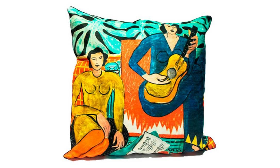 Esta almofada é um presente perfeito para a casa de quem gosta de arte. O desenho é uma reprodução de um dos quadros de Matisse. Preço: R$ 250, na Dracena Home Divulgação