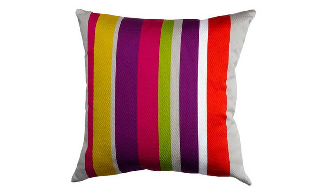 A almofada da Casamance traz uma combinação perfeita de listras multicoloridas. É uma boa opção para decorar ambientes descolados. Pode também ser combinada com modelos de tons lisos. Preço: R$ 190, na By Floor Divulgação