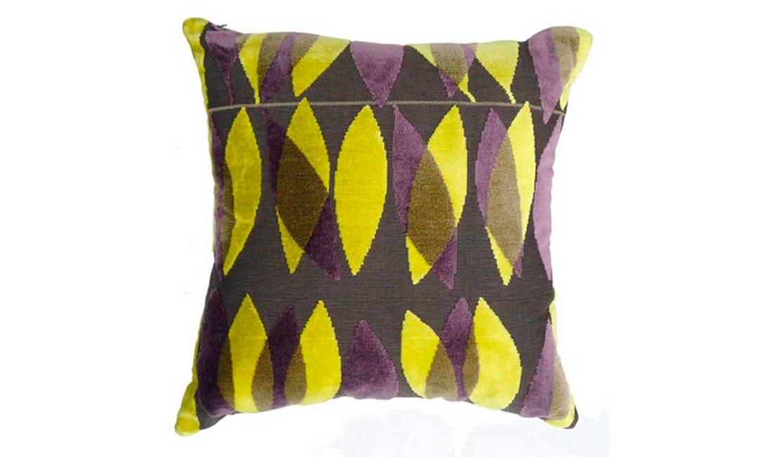 A combinação do preto com o amarelo chama a atenção nesta almofada também da Casamence. Preço: R$ 190, na By Floor Divulgação