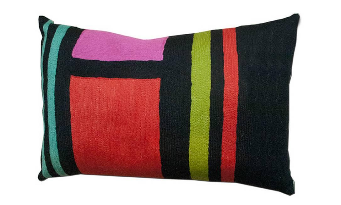 O preto serve de pano de fundo para as listras e quadrados em tons de verde, turquesa, vermelho e rosa da almofada Greca, parte da coleção Color Blocking, da By Kamy. Preço: R$ 180 Divulgação