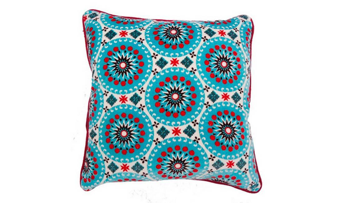 Esta almofada em tecido de algodão aveludado também é para lá de confortável. Os desenhos e cores remetem ao estilo étnico. Preço: R$ 67, no O Galpão Divulgação