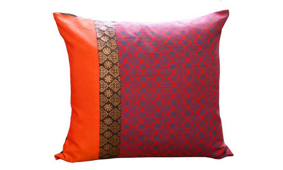Para aquecer o ambiente, uma capa de almofada feita em poliéster. O laranja dá um destaque especial à peça. Preço: R$ 32, na Balai Divulgação