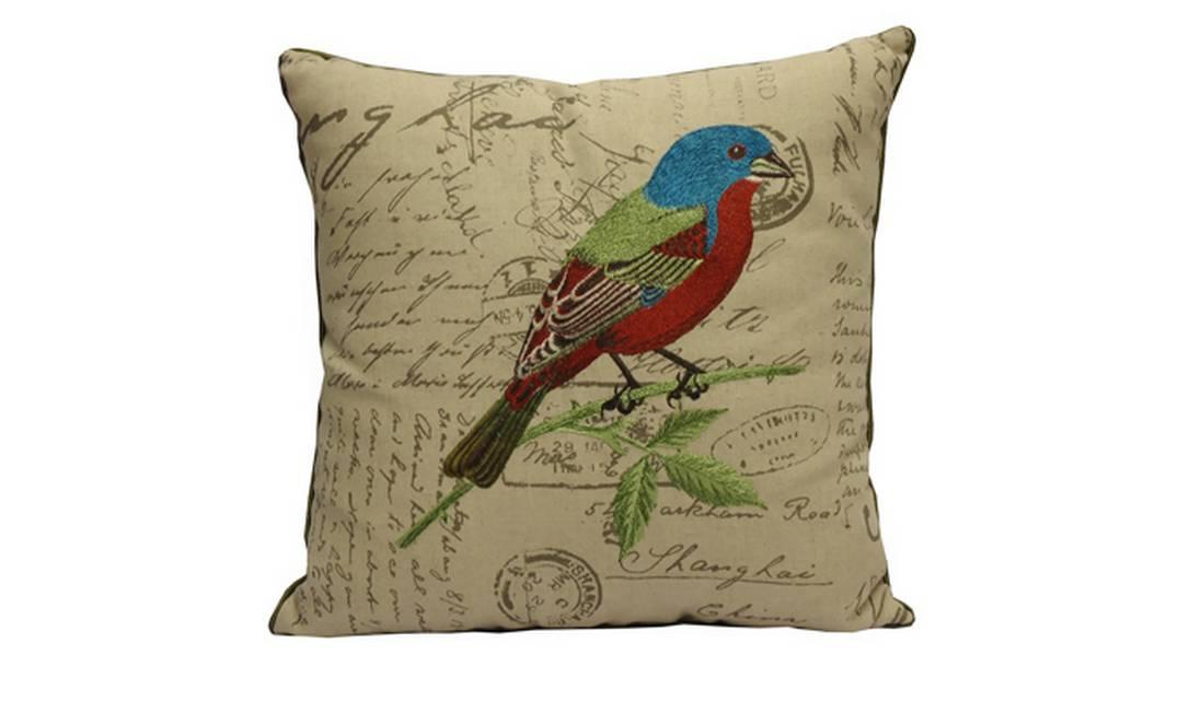Almofada com pássaro bordado e trechos de cartas para dar um toque meigo ao ambiente. Preço: R$ 369, na Rafaella Medina Casa Divulgação