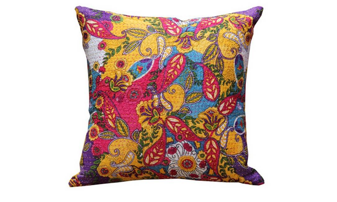 Capa de almofada da linha Priya multicolorida e com costura aparente. Preço: R$ 69, na Gajah Divulgação