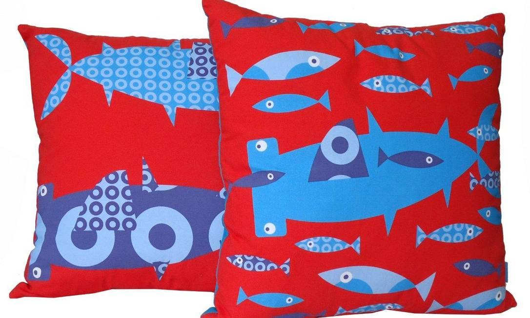 Vermelhas, essas almofadas ganham desenhos de peixes na cor azul. Preço: R$ 220, na Quarto Composto Divulgação