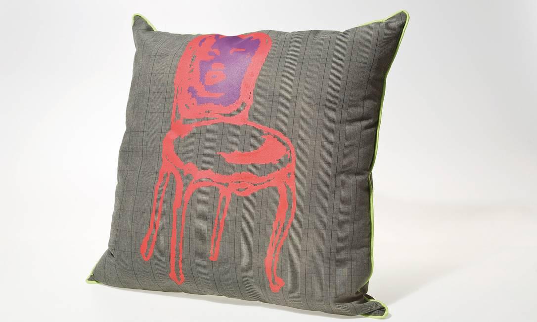 O estilo pop dá o seu charme para a almofada Chair, da Kare, com preço sob consulta Divulgação