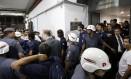 Jogadores do Tigre deixam vestiário do Morumbi protegidos por cordão de policiais militares Foto: AFP