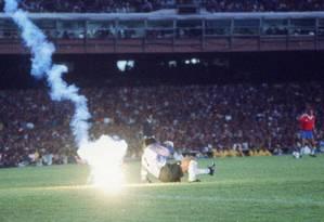 O goleiro chileno Roberto Rojas cai ao lado do rojão lançado no Maracanã, interrompendo o jogo contra o Brasil, pelas eliminatórias da Copa de 1990 Foto: Jorge William / Arquivo