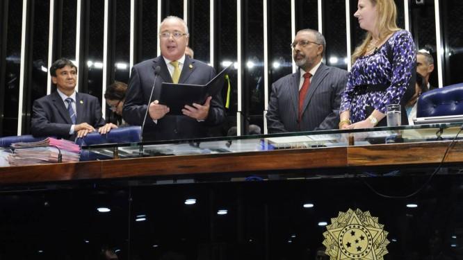 Suplente . O milionário Sodré Santoro faz juramento em sua cerimônia de posse como senador Foto: Waldemir Barreto/Agência Senado / Waldemir Barreto/Agência Senado
