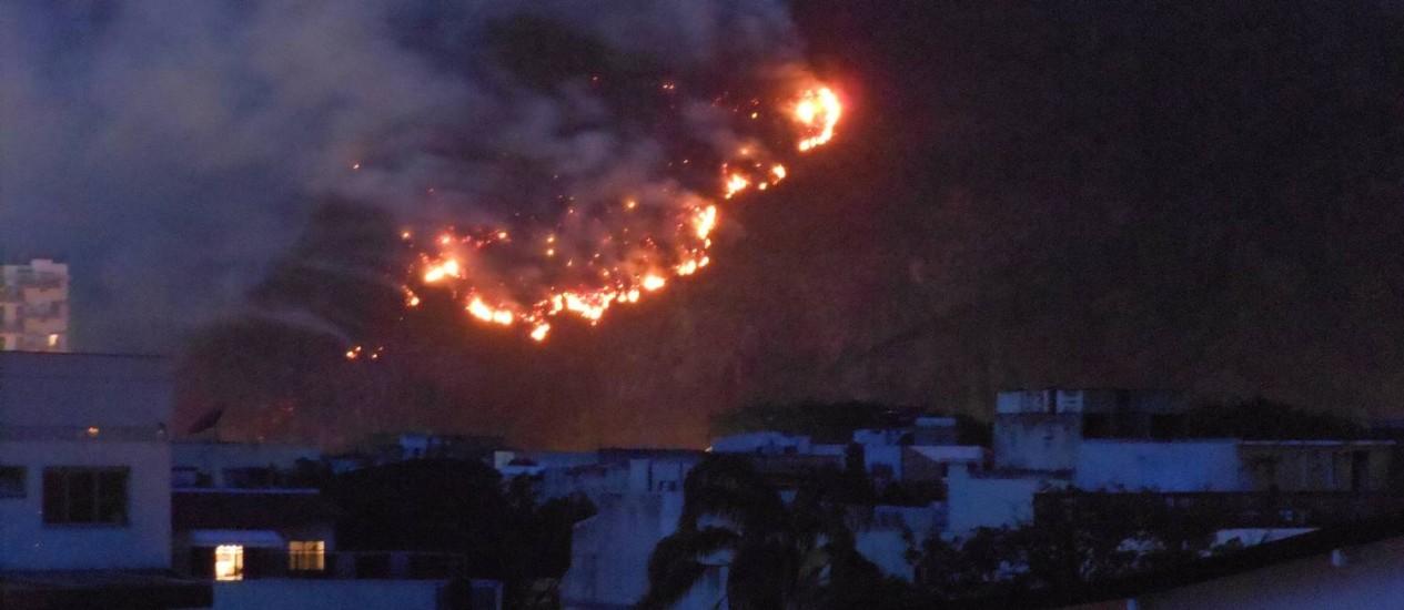 Chamas atingem Morro Focinho do Cavalo, no Itanhangá; raio pode ter provocado incêndio Foto: Antonio José Figueiredo / Eu-Repórter