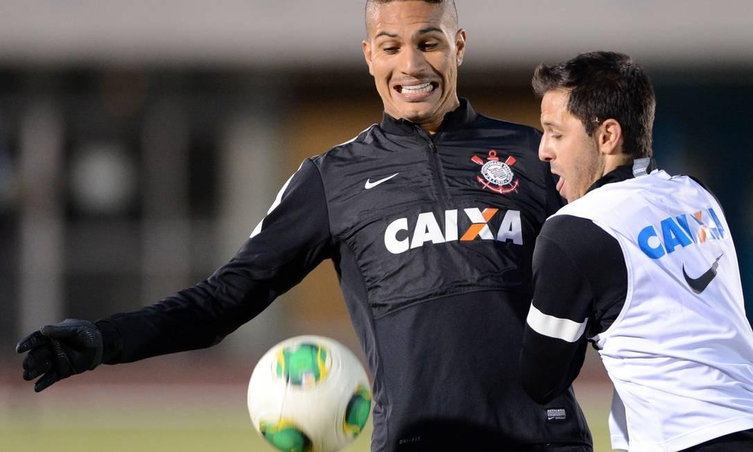 Guerrero é marcado por Martinez no primeiro treino do Corinthians em Yokohama Foto: Toshifumi Kitamura / AFP