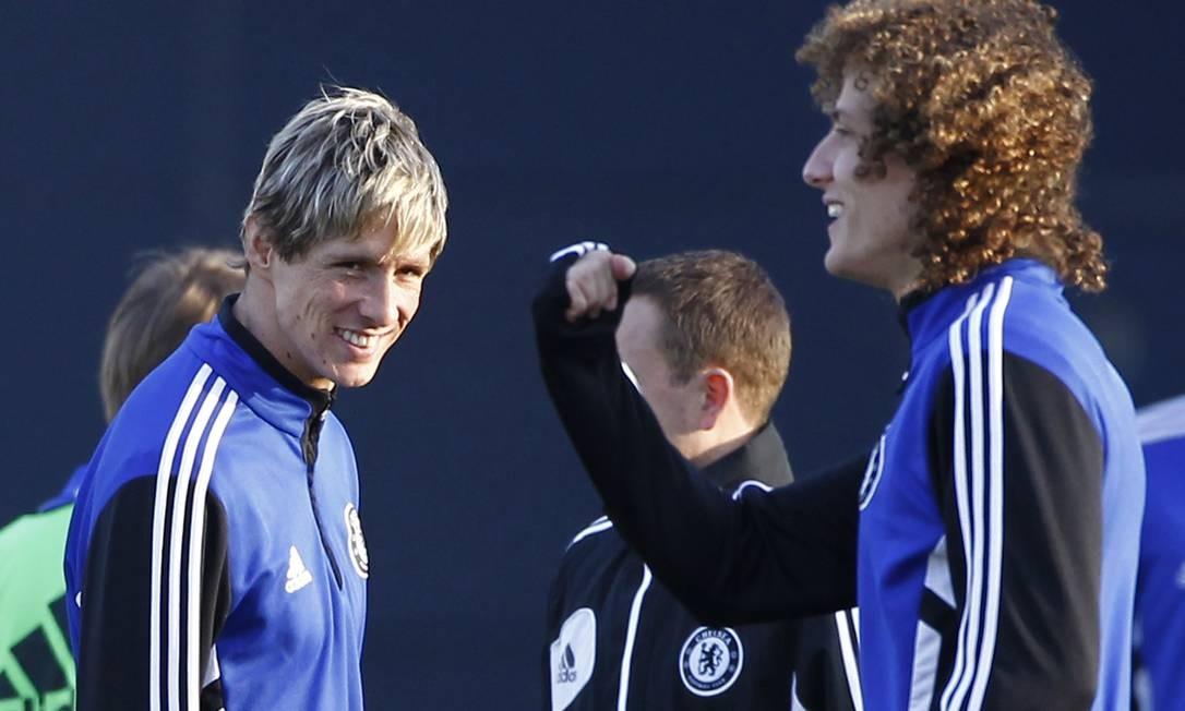 Fernando Torres ao lado de David Luiz no treino do Chelsea. Para o atacante, o time está evoluindo com Rafa Benitez Foto: Koji Sasahara / AP