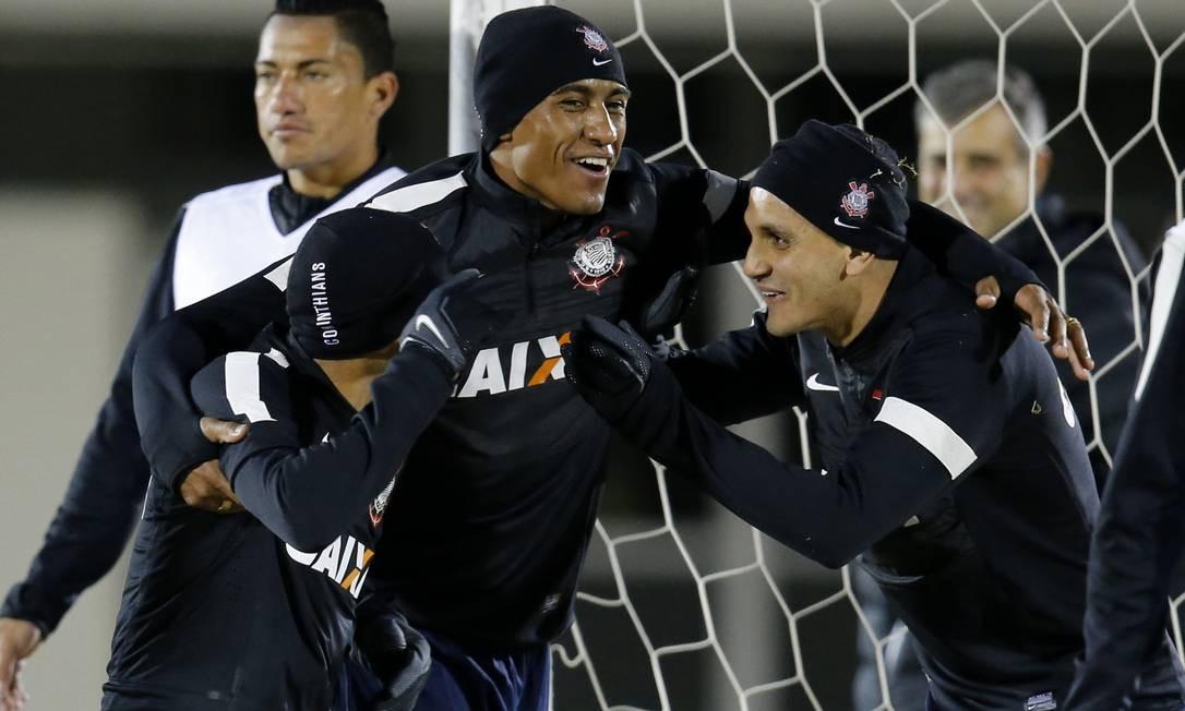 Emerson, Paulinho e Fábio Santos brincam durante o treino do Corinthians em Yokohama Foto: Kim Kyung-Hoon / Reuters