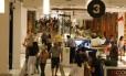 Shopping cheio na tarde de sexta-feira: vendas devem crescer, porém em taxa menor do que em 2011
