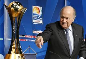 O presidente da Fifa, Joseph Blatter, ao lado do troféu do Mundial de Clubes. Ele lamentou a confusão na final da Copa Sul-Americana Foto: Shuji Kajiyama / AP