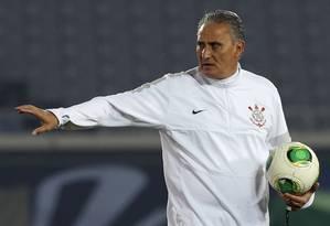 O técnico Tite comanda o time do Corinthians no último treino antes da decisão Foto: Toru Hanai / Reuters