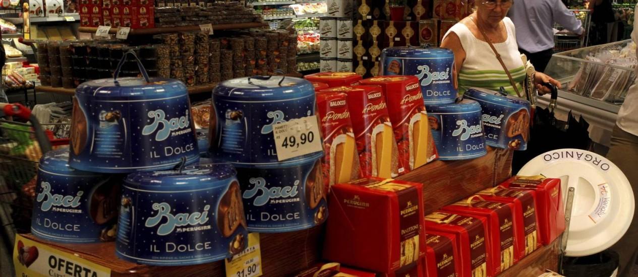 No Zona Sul,os panetones são a aposta para o Natal Foto: Agência O Globo / Custódio Coimbra