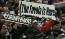 'A favela é aqui', avisa o torcedor corintiano no estádio de Yokohama. Torcida fez uma festa bem brasileira no Japão após o título mundial Foto: Reuters / Toru Hanai
