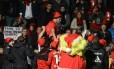 Renato Augusto é erguido pelos jogadores do Bayer Leverkusen no último jogo pelo clube em casa. Ele está a caminho do Corinthians