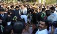 Marido e filhos de Jacintha Saldanha (à esquerda) no funeral da enfermeira, na Índia