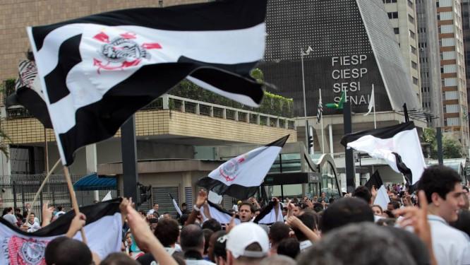 Festa da torcida corintiana na Avenida Paulista, no domingo da conquista do título mundial Foto: Eliária Andrade - Agência O Globo