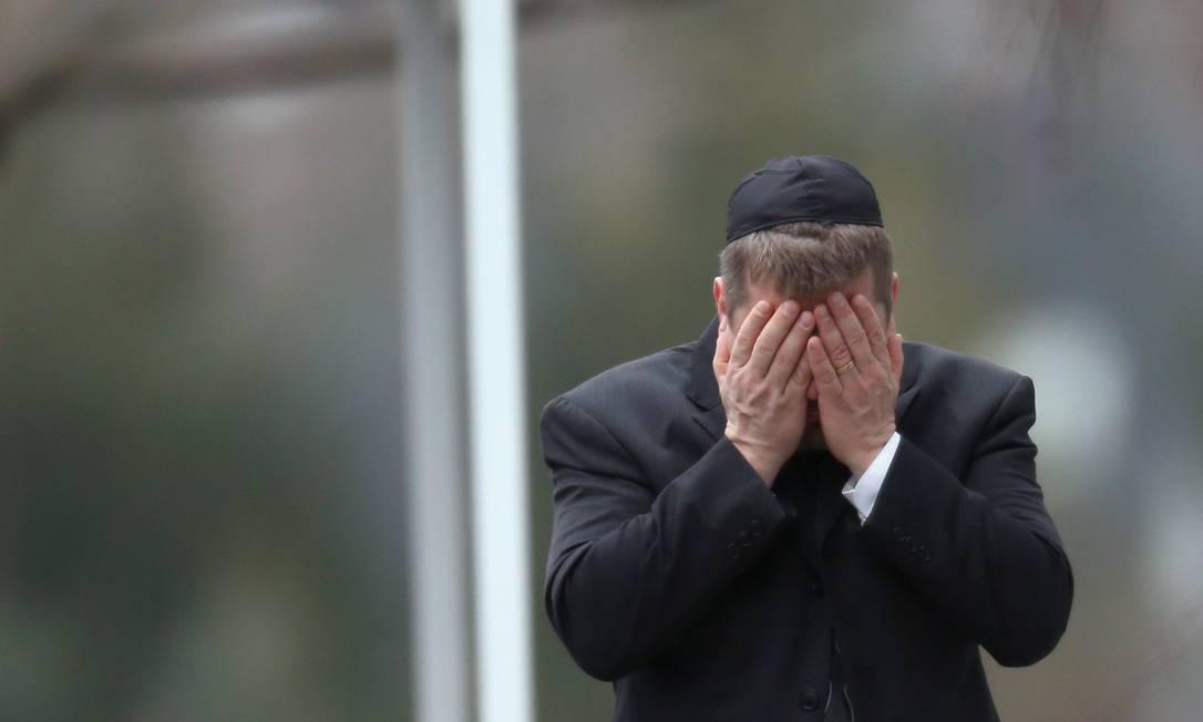 Em Fairfield, Connecticut, um homem se emociona no velório de Noah Pozner, de 6 anos Spencer Platt / AFP