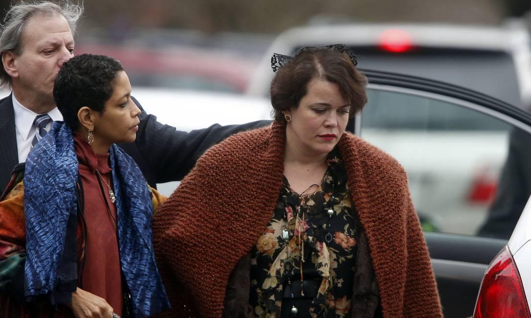 A mãe de Noah, Veronika Pozner chega ao velório de seu filho Jason DeCrow / AP