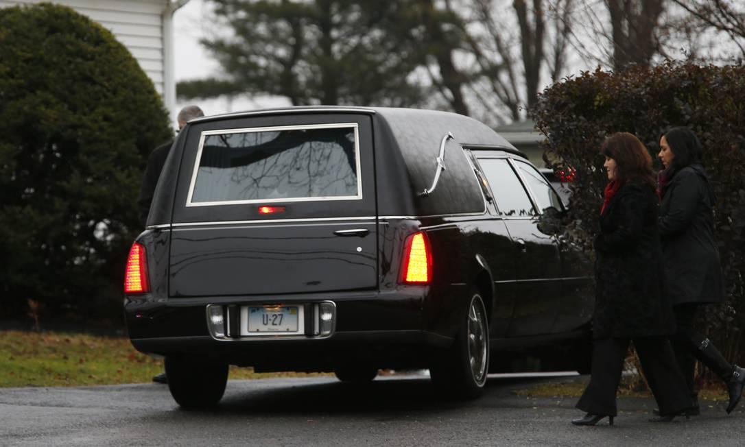 Na foto, o carro fúnebre que transportou o corpo de Jack ao Honan Funeral Home