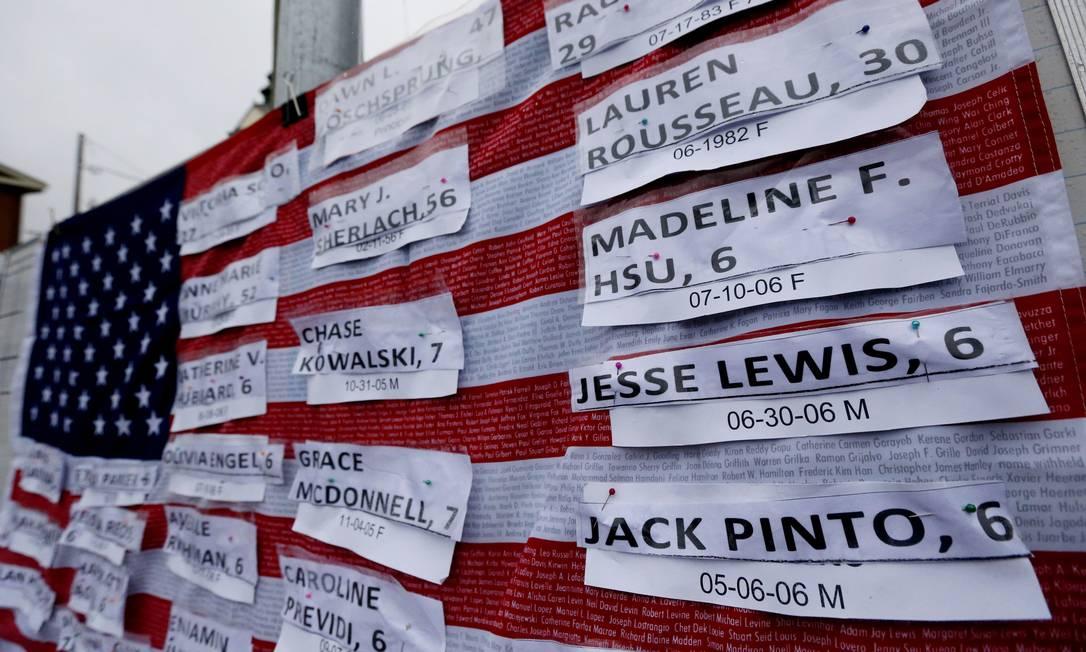 Em Newtown, um memorial foi feito para homenagear as vítimas do massacre da última sexta-feira na Escola Fundamental Sandy Hook Julio Cortez / AP