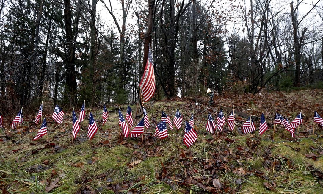 Em uma estrada próxima à cidade onde ocorreu o massacre, 27 pequenas bandeiras norte-americanas formam um memorial, representando as vítimas da tragédia Julio Cortez / AP