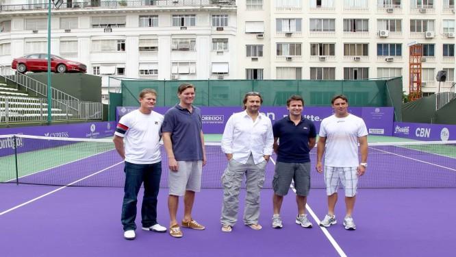 Veteranos da ATP. Ferreira (à esquerda) , Enqvist, Leconte, Santoro e Daniel na quadra do Copacabana Palace Foto: Ivo Gonzalez