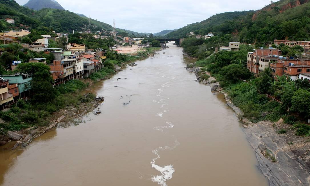 Paraíba do Sul , em Sapucaia, sujo e com ocupações de suas margens Foto: Gustavo Stephan